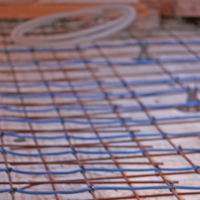 Här läggs värmeslingor i golvet i Anita Tingskulls nya verkstad / kontor