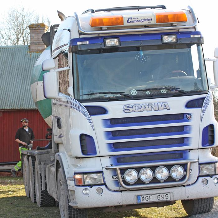 Betongbilen kommer i början av verkstads- / kontorsbygget i Södvik