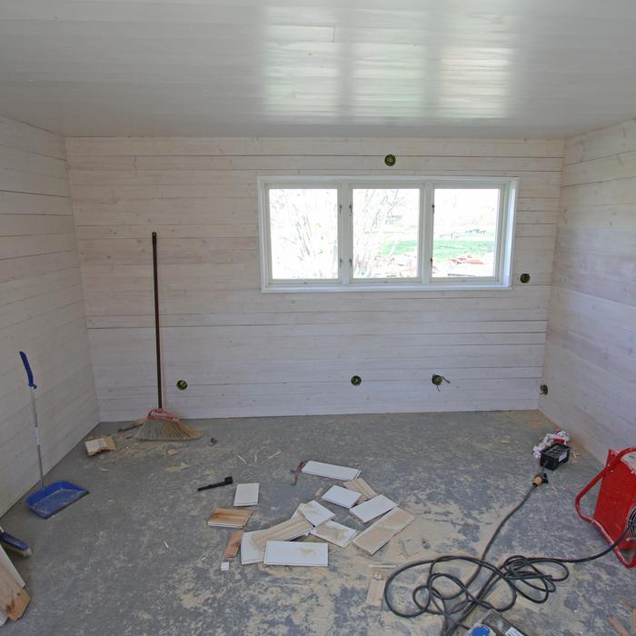 Betonggolvet färdiggjutet och väggarna målade i Anita Tingskulls nya verkstad / kontor