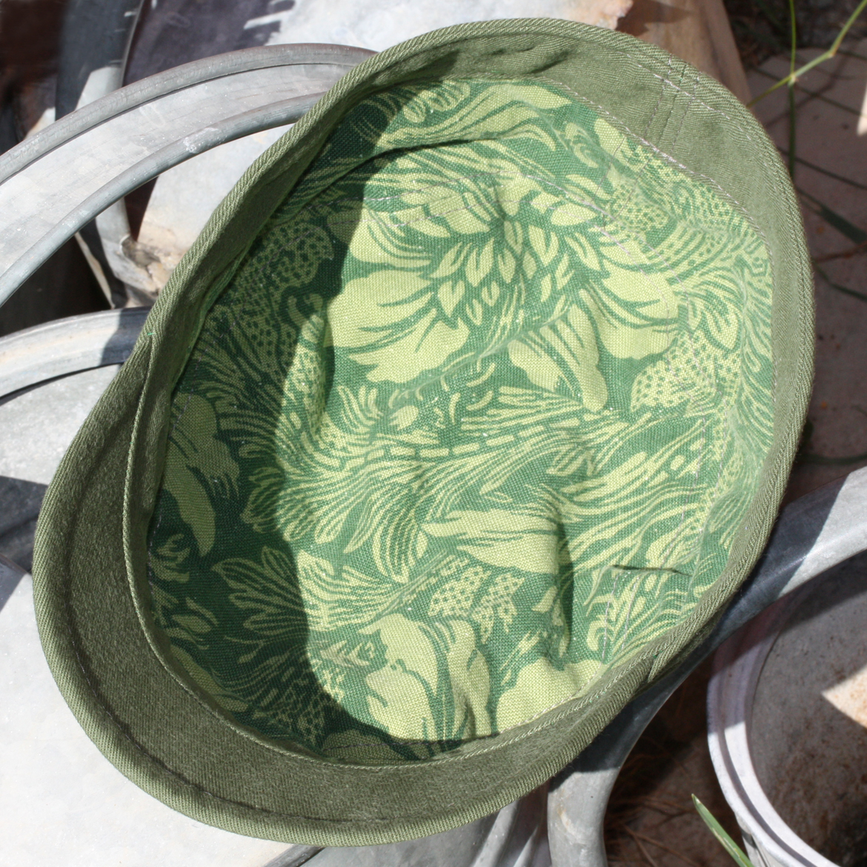 Militärgrön keps med brokadmönster från ÖHAND / Design Anita Tingskull